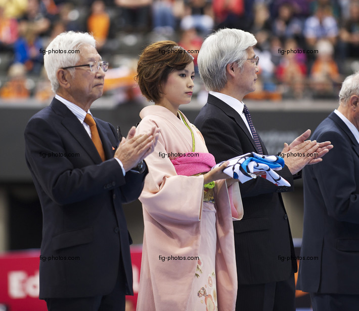 Artistic WCh Rotterdam/NED 2010: closing ceremony, FIG-flag for JPN